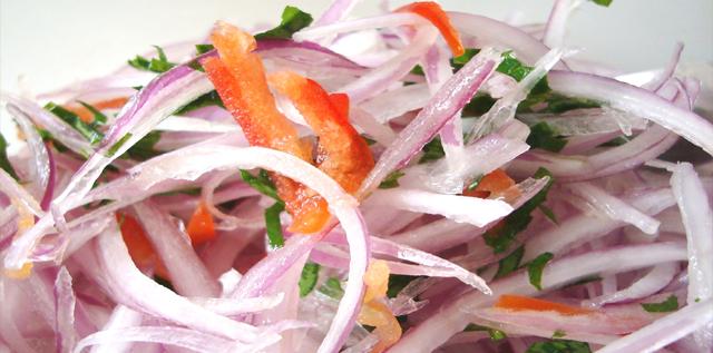 Receta de Salsa Criolla,la salsa criolla es una de los acompañantes preferidos en  el Perú, sus principales ingredientes son la cebolla y el limón. La simple combinación de estos materiales, da un sabor particular a cualquier comida.